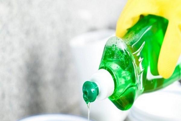 Nước rửa chén và nước nóng