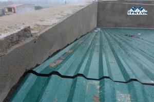 Hướng dẫn cách xử lý chống thấm khe hở giữa mái tôn và tường